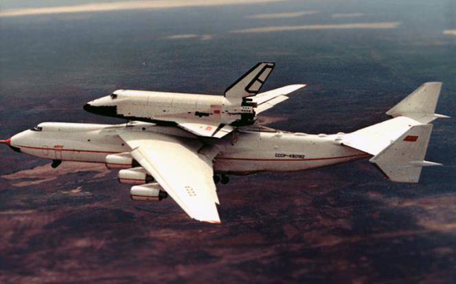 dünyanın en büyük uçağı taşıma yapıyor